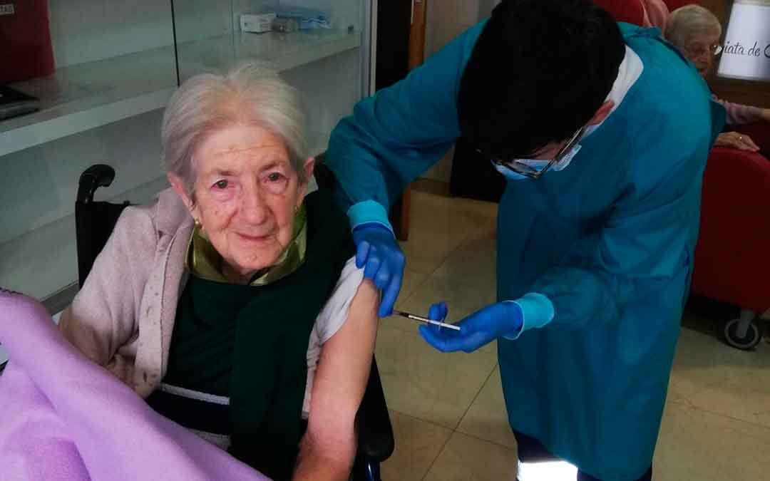 Una residente del Hogar Santa María de Caspe recibiendo la segunda dosis de la vacuna, este miércoles. Imagen: Hogar Sta María