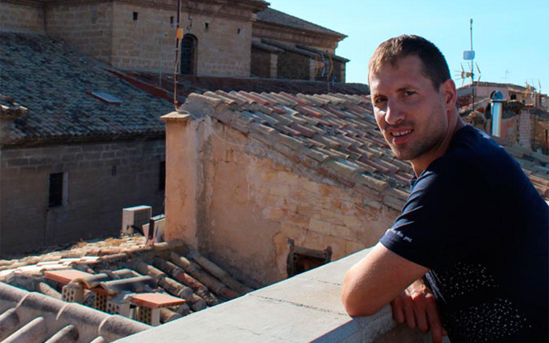 Antolín, en la terraza del Palacio del Barón de Andilla, un alojamiento cuya apertura ha sido un revulsivo para Valdealgorfa. / B. Severino