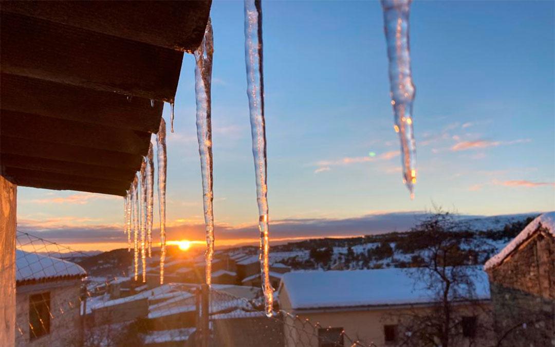 Carámbanos de hielo en los tejados de Valdeltormo./ Ayto. de Valdeltormo