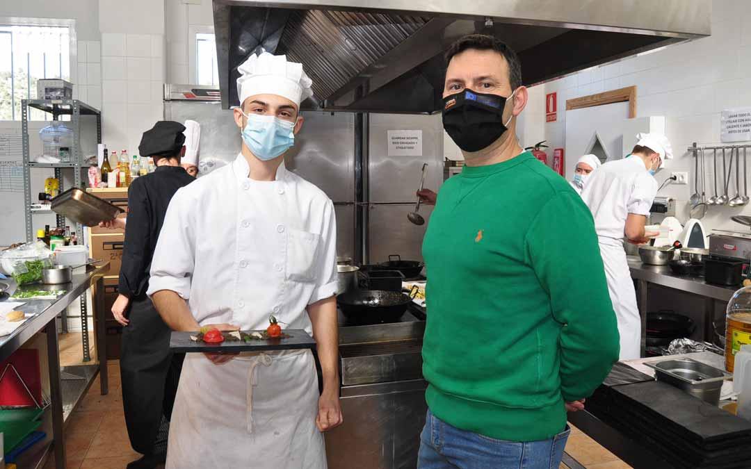 El profesor Dabi Latas junto al alumno David Sancho que muestra uno de los platos del menú degustación. J.L.