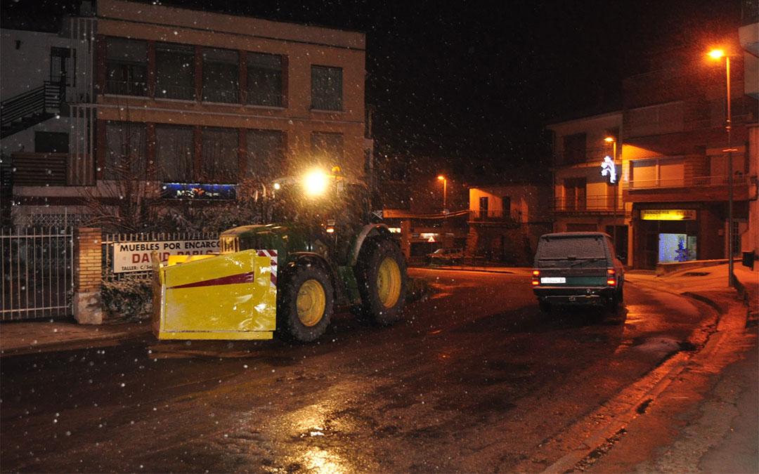 Limpieza de la carretera en Valderrobres./ De Luna