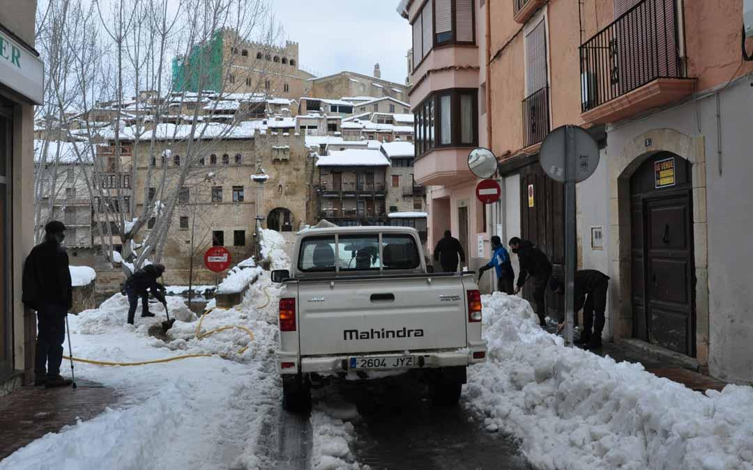 En la capital del Matarraña la brigada municipal y la colaboración de varios vecinos con sus tractores hizo posible la limpieza de buena parte de los viales del casco urbano, además se esparció sal.