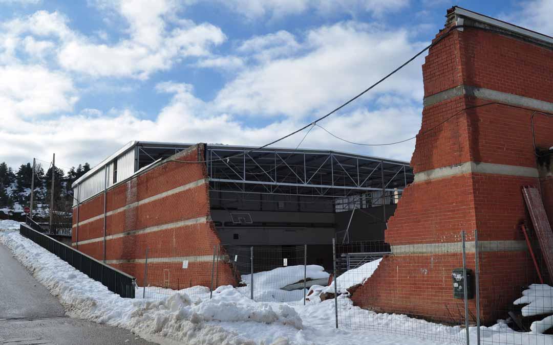 Imagen que actualmente, un año después del paso de Gloria, presenta el pabellón de Valderrobres, cubierto por la nevada que dejó Filomena. Javier de Luna.