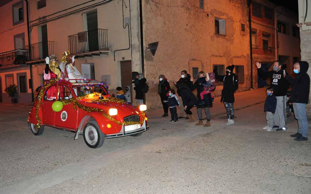 Los Reyes Magos llegaron a Valderrobres montados en coches clásicos./ Javier de Luna