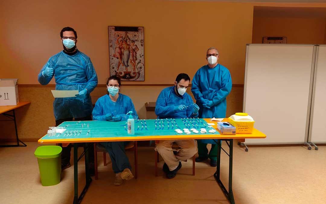 El personal sanitario de Valderrobres preparando las segundas dosis de la vacuna. RESIDENCIA VALDERROBRES