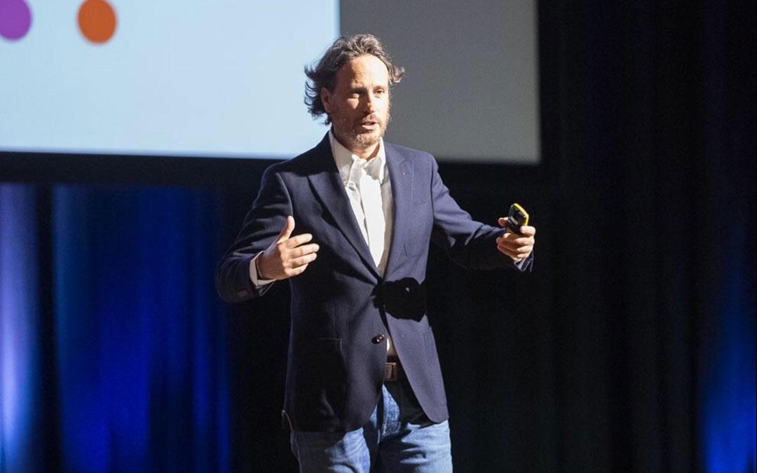 Víctor Küppers durante una de sus conferencias./ L.C.