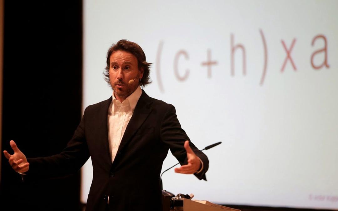 Victor Küppers en una de sus conferencias./ L.C.