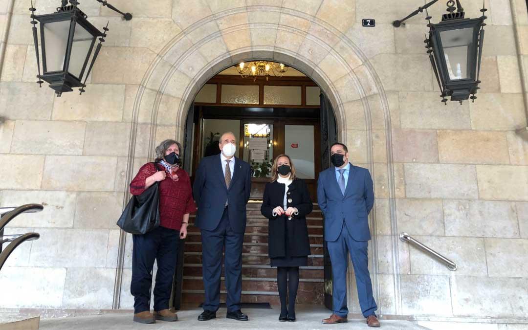 María Ángeles Júlvez, Mayte Pérez, Manuel Rando y Antonio Amador en la puerta de la Diputación de Teruel. Foto. DPT