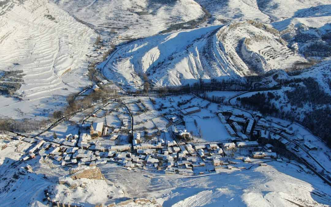 A vista de dron sobre Aliaga cubierto de nieve./Sergio Uche