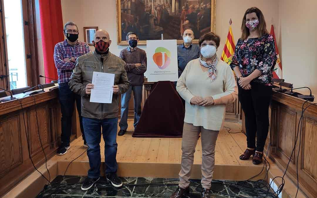 Representantes del Ayuntamiento de Caspe junto con los de la Academia de Jota y de la Rondalla Compromiso.
