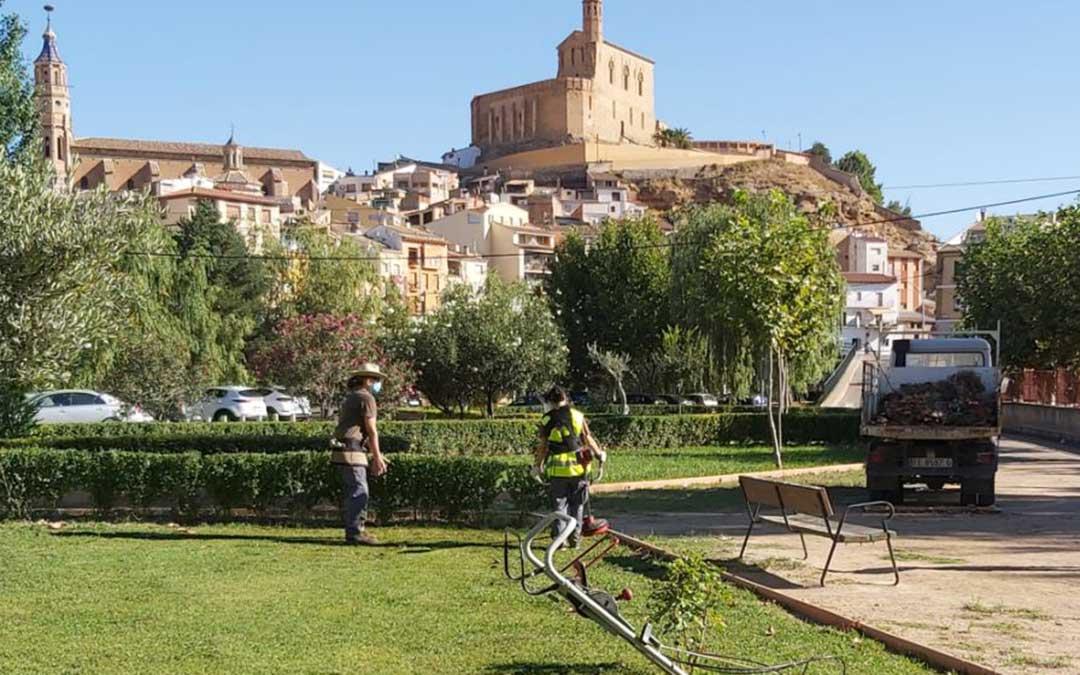 Realizando labores de jardinería en el casco urbano de Albalate que combinaron con las acciones en el Santuario. / Taller de Empleo