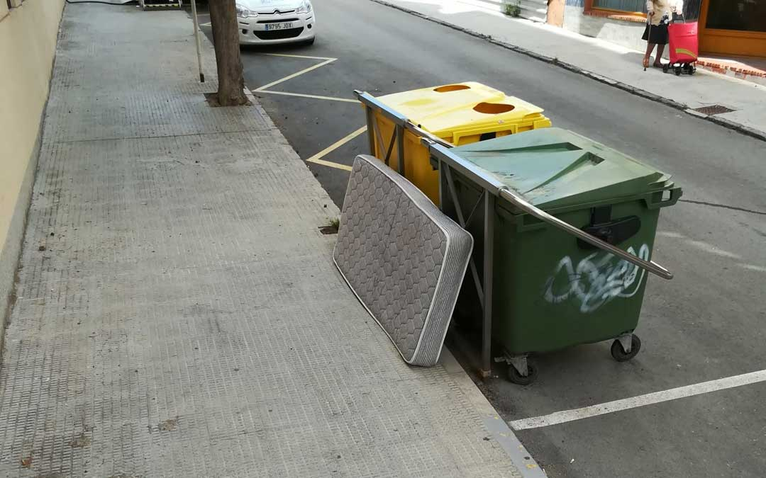 Colchón depositado en la calle trasera del Hospital / B.A.