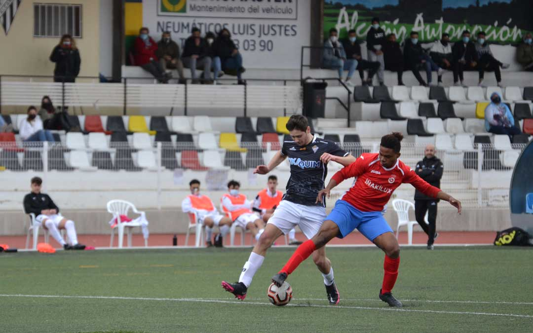 Saúl dejando atrás a su defensor poco antes de conseguir uno de sus dos goles. Foto: J.V.
