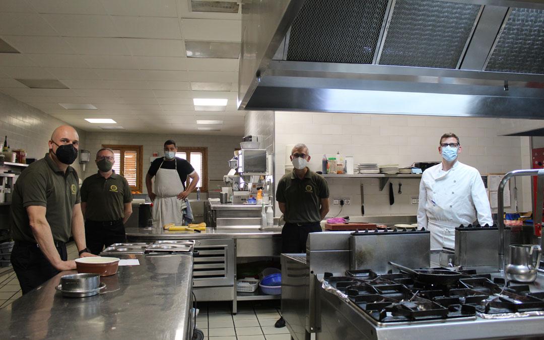 La cocina de Restaurante Meseguer no ha parado con la comida para llevar y vuelve a servir en interior. / B. Severino