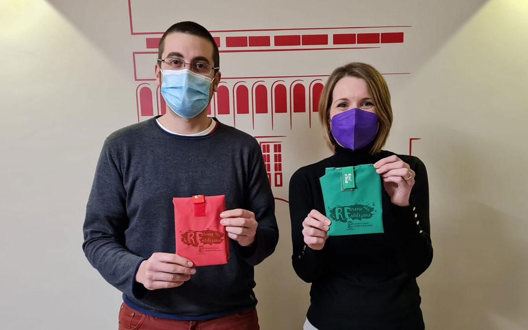 Daniel Palomo y Romina Formento, concejales de Medioambiente y Comercio, muestran los porta bocadillos. / Ayto. Alcorisa