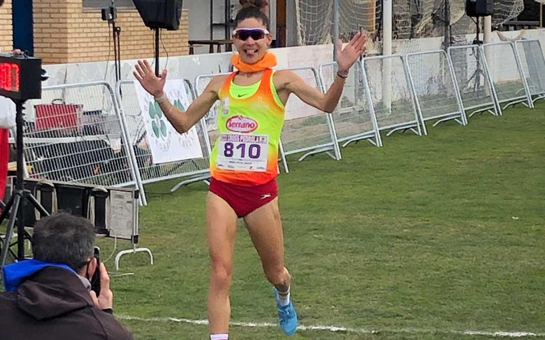Alicia Pérez entra ganadora en la línea de meta. Foto: F.A.A.