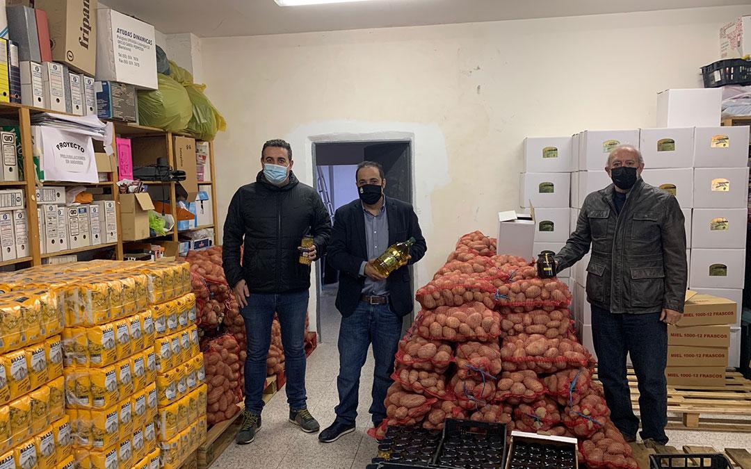 Roche, Amador y Villanueva este viernes en el almacén de Cruz Roja con los alimentos. / M. Q.