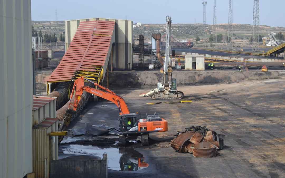 Trabajos de desmantelamiento en la Central Térmica de Andorra./ M. Quílez