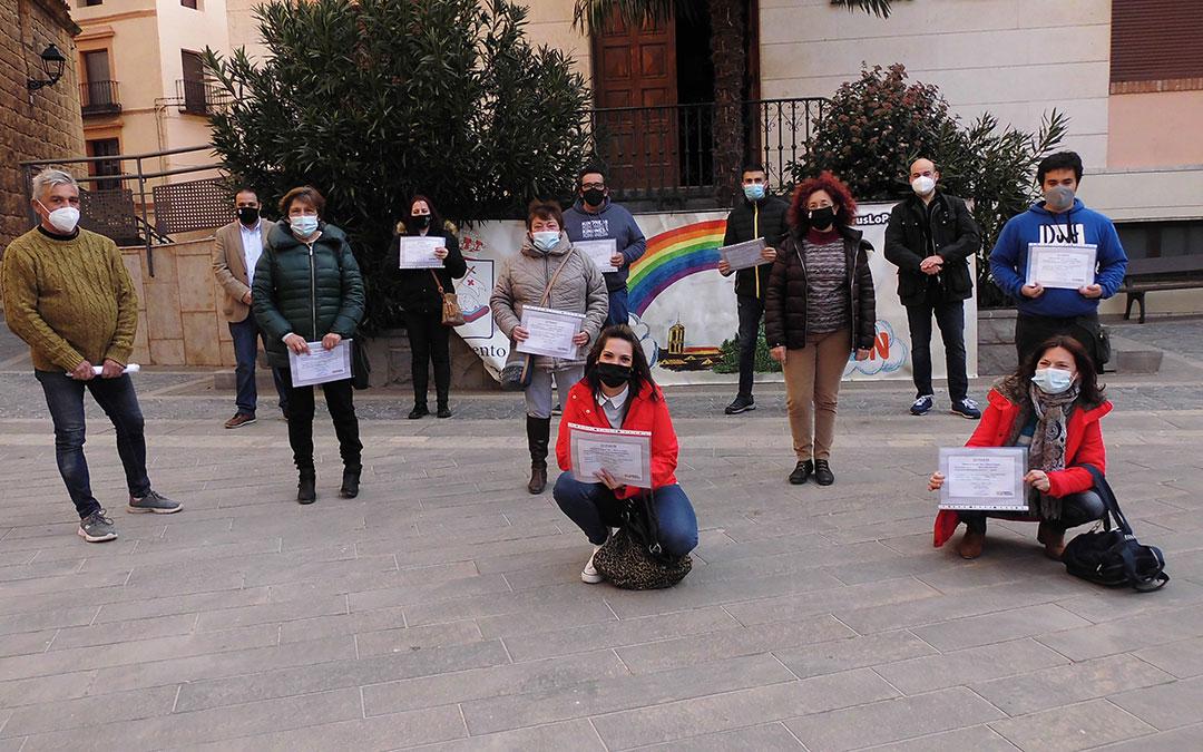 Los alumnos titulados en la plaza del Ayuntamiento. /AYTO. ANDORRA