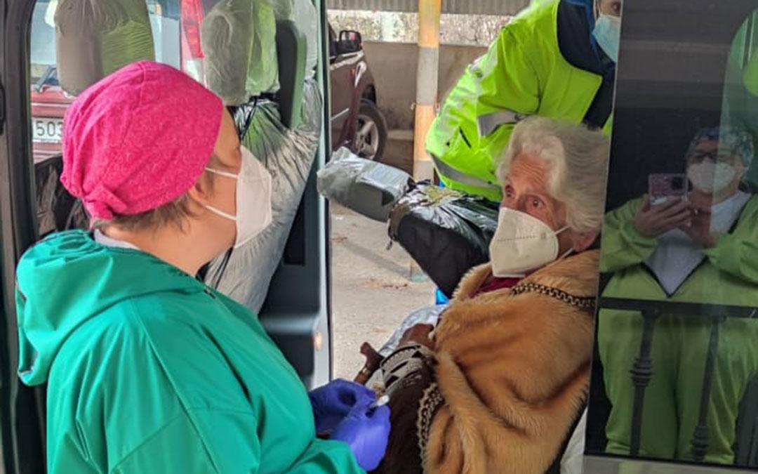 En Andorra se ha vacunado a algunos pacientes en el interior de los vehículos por su comodidad. / C. S. ANDORRA