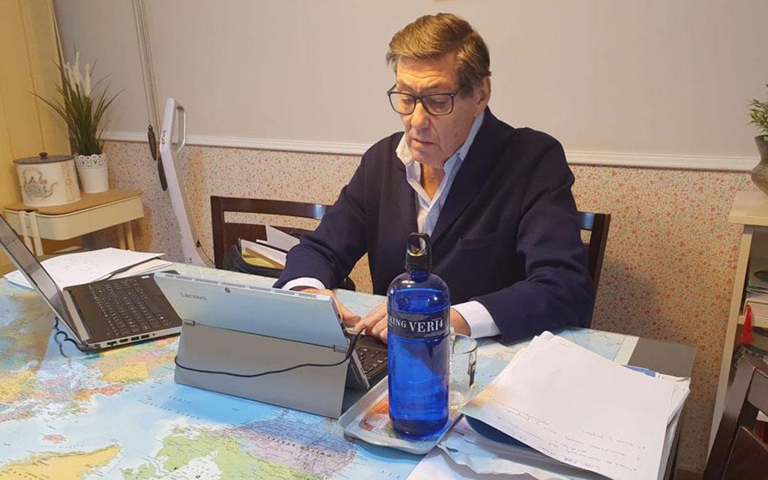 Arturo Aliaga trabajando desde su domicilio esta semana / DGA