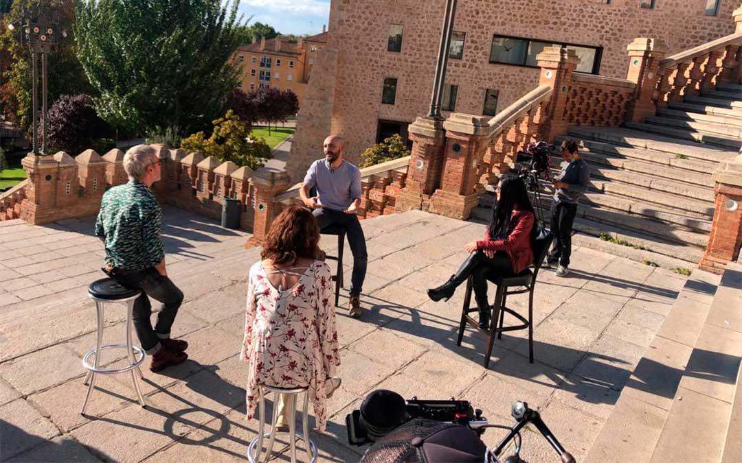 Entrevista a los artistas bajoaragoneses en la Escalinata del Óvalo de la capital turolense./ L.C.