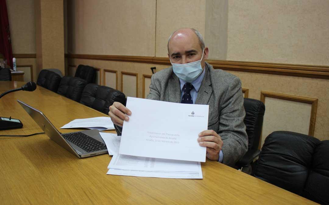 El teniente alcalde y responsable de Hacienda y Cuentas, Javier Baigorri, presentó este jueves el borrador del presupuesto de 2021 / L. Castel