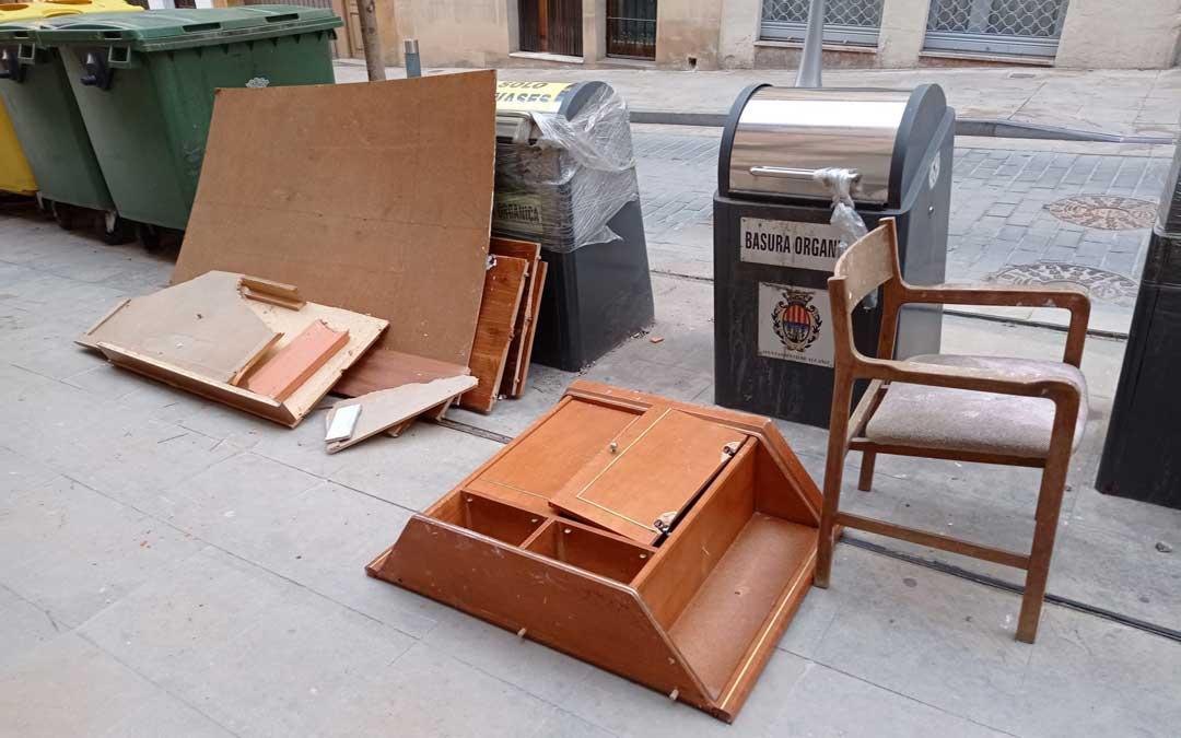 Muebles tirados junto a los contenedores de la calle Mayor esta misma semana / B. A.