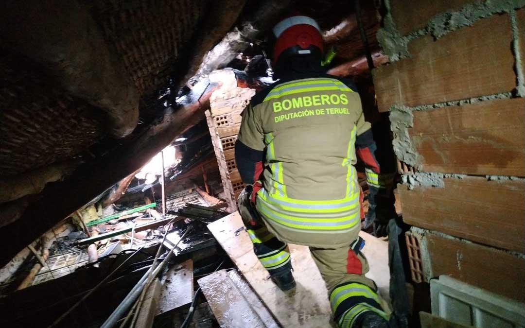 Bomberos de la Diputación de Teruel han intervenido este domingo en un incendio que se ha producido en una casa habitada en Calaceite / DPT