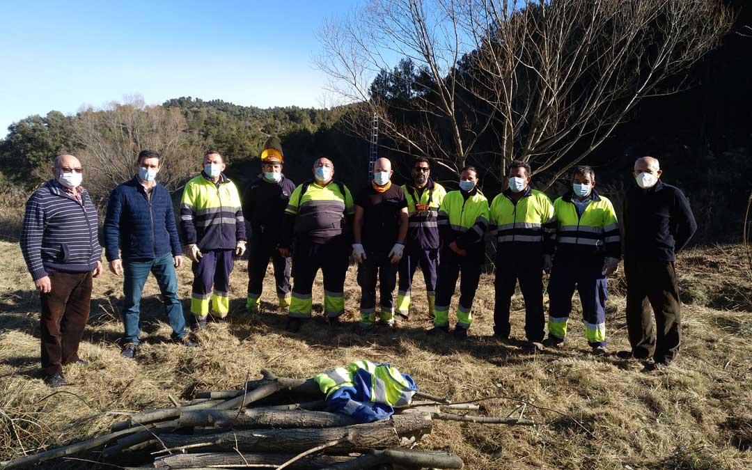 Foto de familia de la brigada comarcal con las autoridades comarcales y municipales en La Cerollera. / Comarca Bajo Aragón