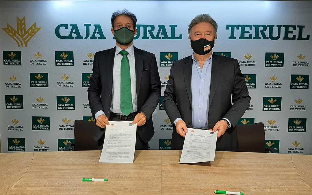 Juan Mangas, Jefe de Zona del Alto Teruel de Caja Rural, y José María Merino, Presidente de la Comarca de Cuencas Mineras./ Caja Rural de Teruel