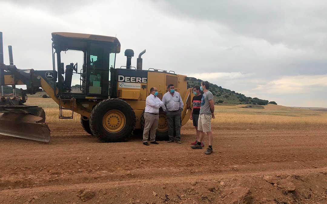 Una de las máquinas que utiliza la DPT para mejorar los caminos. DPT