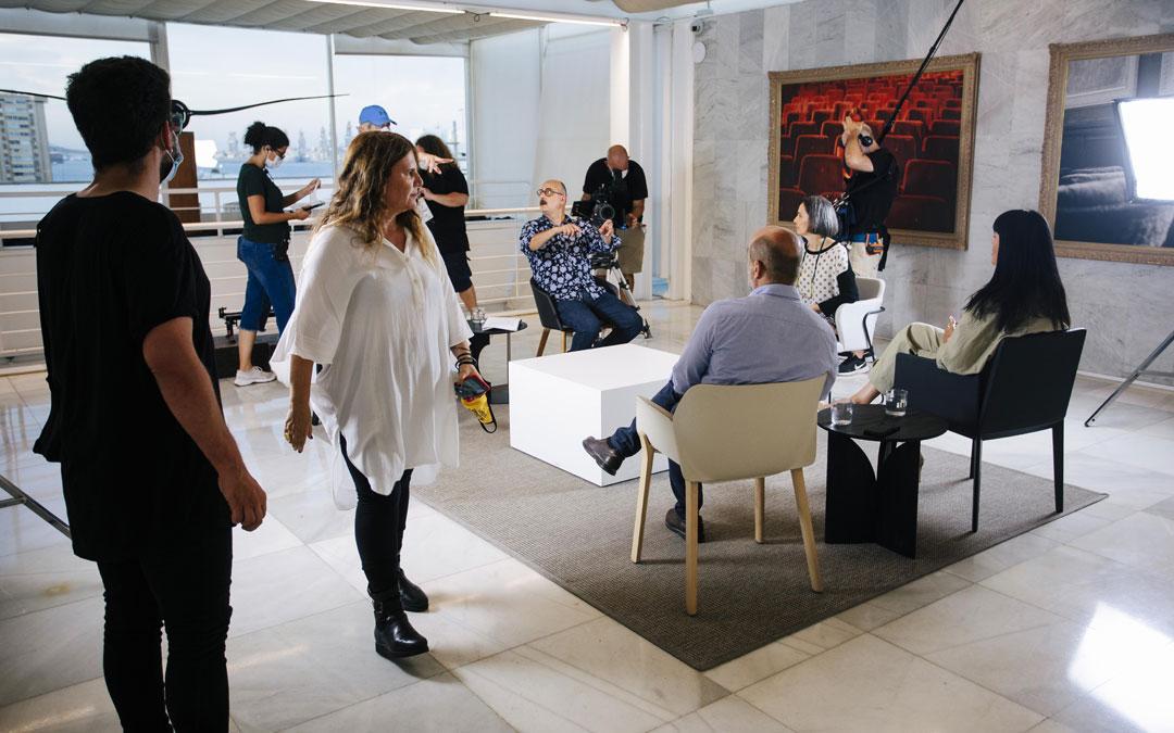 Marta de Santa Ana (de pie) y Luis Roca (sentado de frente), grabando a una de las expertas, Arantxa Aguirre, en el Centro Atlántico de Arte Moderno de Las Palmas de Gran Canaria. / Benito Pérez Buñuel