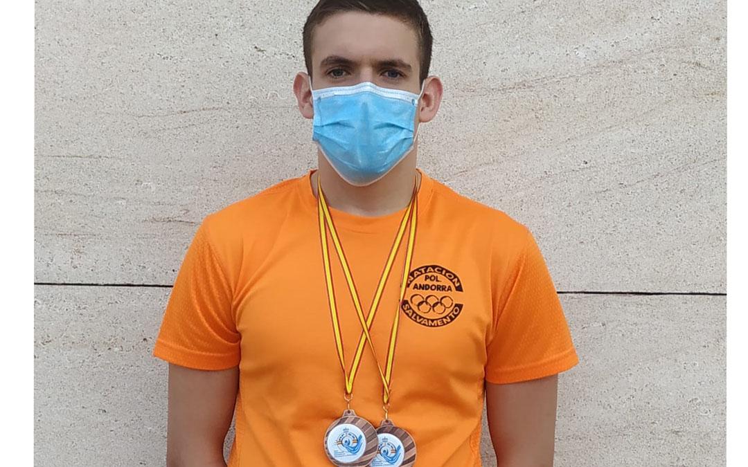 Carlos González con las dos medallas de bronce conseguidas después de haberse disputado dos jornadas del nacional. Foto: C.B.