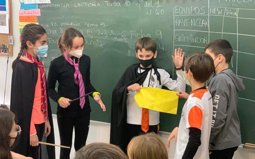 Recreando una escena de Jarry Potter en Escolapios de Alcañiz./ESCOLAPIOS