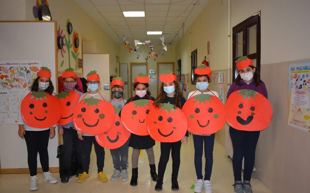 Un grupo de alumnas disfrazadas representando a los tomates en Juan Lorenzo Palmireno./M.CELIMÉNDIZ