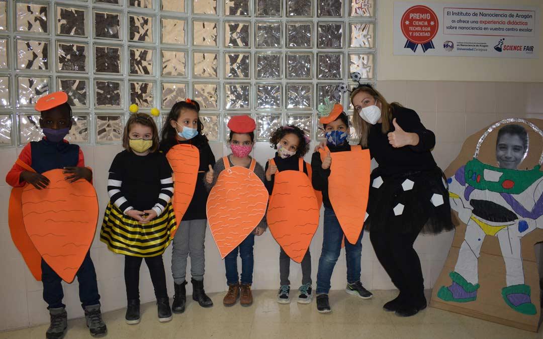 Escolares disfrazados de zanahorias en Juan Lorenzo Palmireno./M.CELIMÉNDIZ