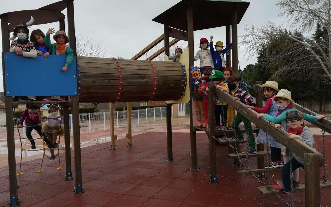 Los escolares del Colegio Juan Sobrarias posando en el patio./JUAN SOBRARIAS