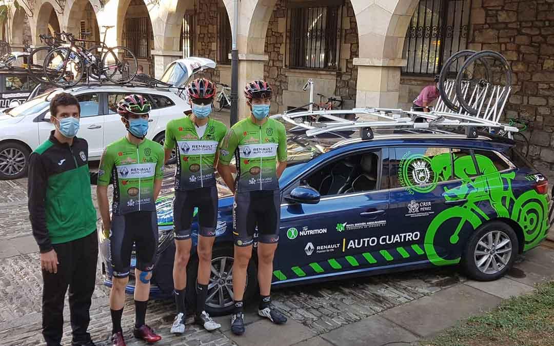 Los tres ciclistas bajoaragoneses del equipo Huesca La Magia Renault junto al mánager Alberto Ara. Foto: M.E.