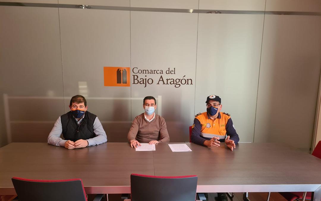Firma del convenio entre el consejero, Alfonso Palos, y presidente, Luis Peralta y la Agrupación de Voluntarios de Protección Civil. / Comarca Bajo Aragón