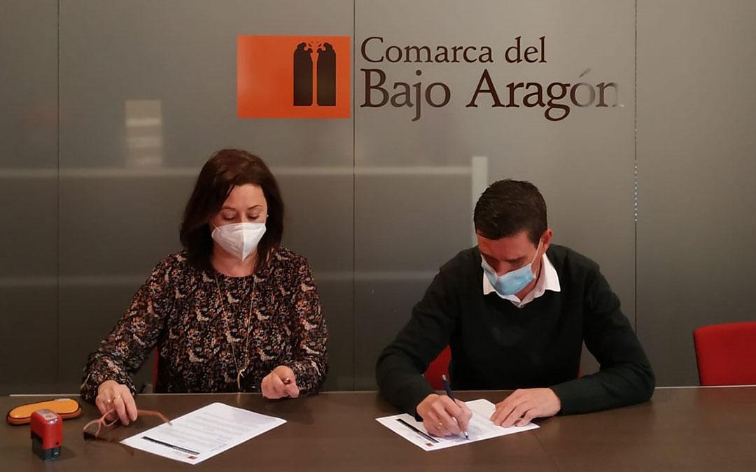 Firma del convenio entre Luis Peralta, presidente de la Comarca del Bajo Aragón, e Inés Cebolla, directora gerente de la Fundación San Ezequiel Moreno. / Comarca Bajo Aragón