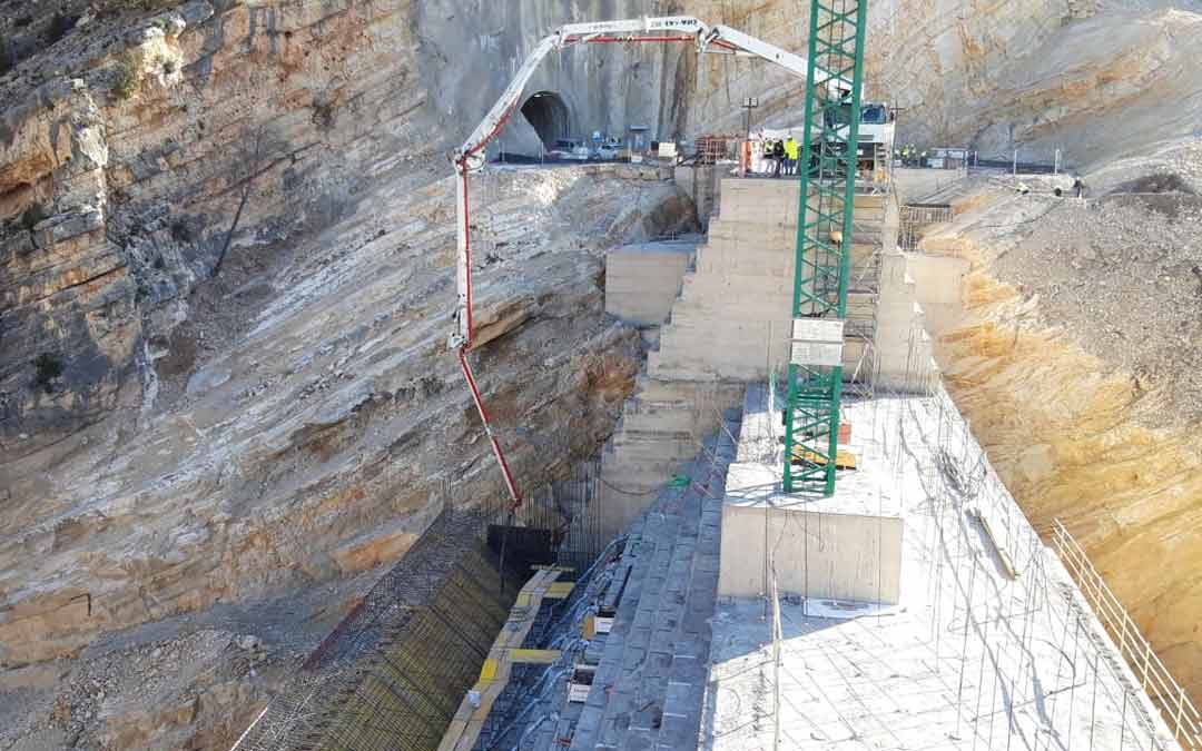 Desarrollo de los trabajos en la presa de Santolea./ACUAES