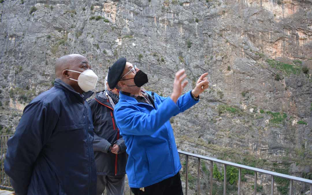 Jesús Nsue y José Luis Chillida contemplando el entorno./I.M.