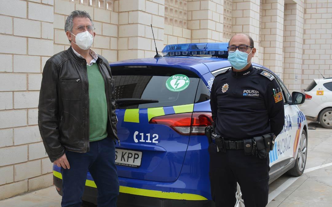 Kiko Lahoz y Pedro Obón junto al vehículo policial equipado con un desfibrilador./I.M.