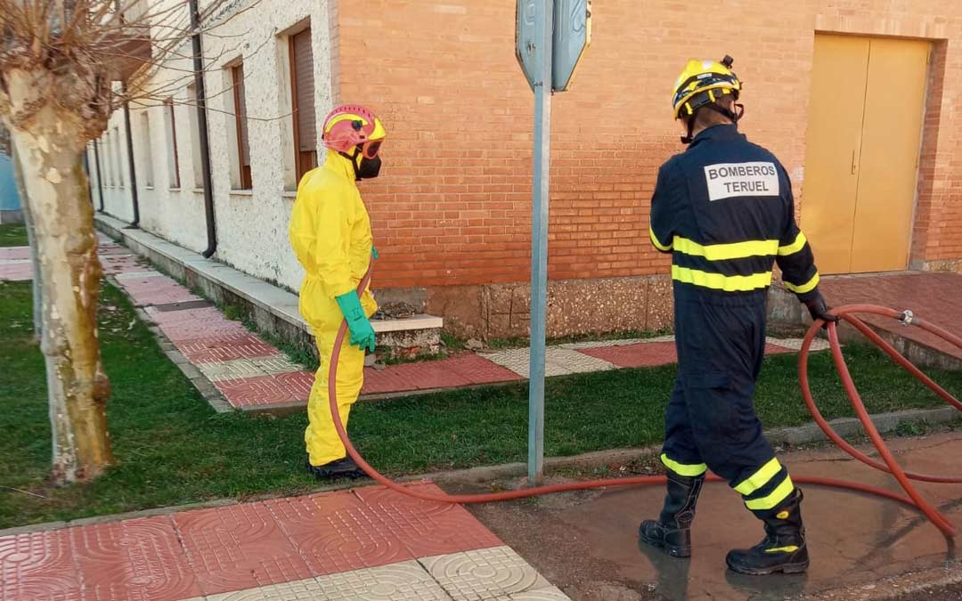 Bomberos de la DPT realizando labores de desinfección en Utrillas./DPT