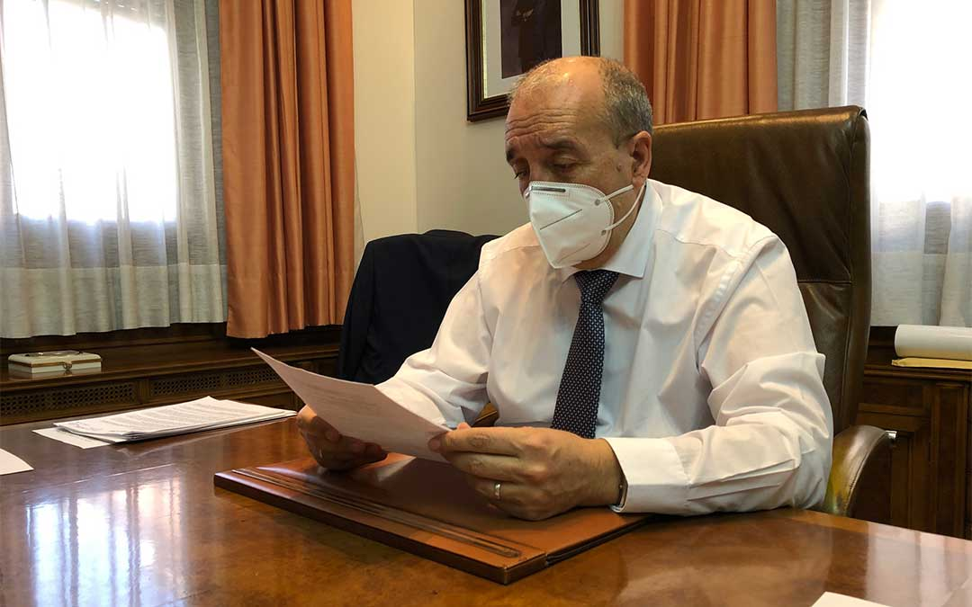 El presidente Rando repasa la lista de las entregas a cuenta a cada uno de los municipios./ DPT