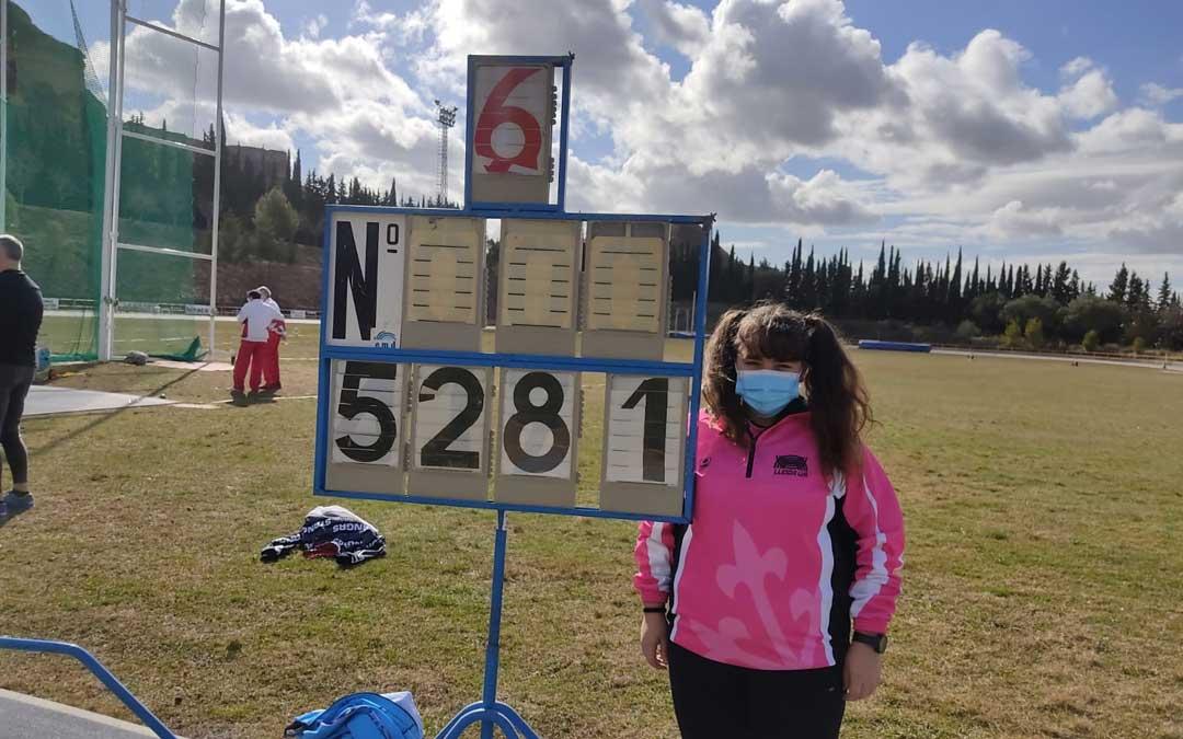 Elena Sanz junto al marcador con la distancia lograda en Monzón. Foto: F.A.A.
