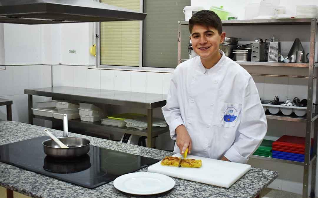 Eloy Sierra estudia una FP Básica de Cocina y Restauración en el IES Mar de Aragón. Foto: L.Q.V.