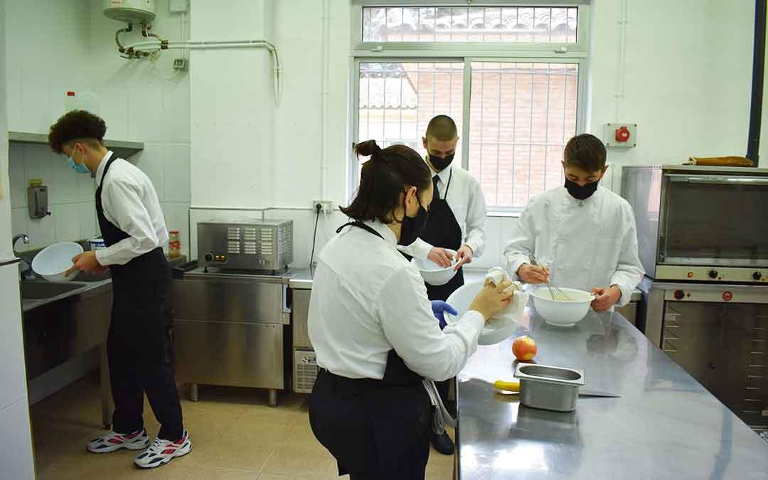 Eloy Sierra y sus compañeros de FP de Cocina y Restauración. Foto: L.Q.V.