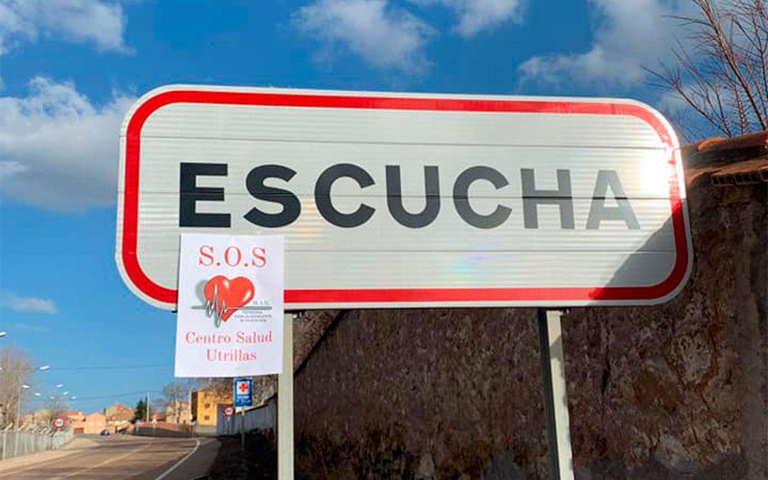 Cartel de la campaña por el 100% del personal en el centro de Utrillas en el indicativo de la localidad de Escucha./ MAR